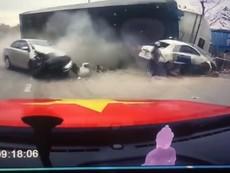 Xe container mất lái, mẹ ôm con thoát thân trong gang tấc