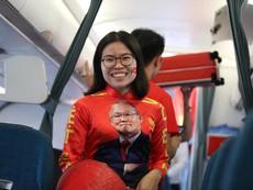 Fan hô vang 'Việt Nam vô địch' chào đón đội tuyển trở về