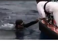 Clip thợ lặn tìm kiếm máy bay mất tích