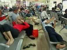 Người dân chật vật tại Bến xe Miền Đông chờ mua vé