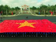 Clip: Hàng trăm bạn trẻ Quảng Nam xếp hình cờ Tổ quốc
