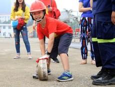 Clip: Lính cứu hỏa 'nhí' đu dây, vác vòi chữa cháy