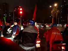 CĐV dầm mưa cổ vũ và gọi tên tuyển U-23 Việt Nam