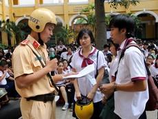 CSGT, nhà báo vào trường dạy pháp luật cho học sinh