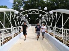 Clip: Cầu bộ hành 11 tỉ đồng nối hai khu Công viên Gia Định