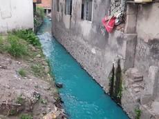 TP.HCM: Sau mưa, nước kênh có màu xanh, đỏ