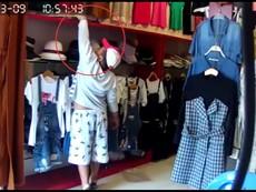 Clip: Bé trai 10 tuổi theo 'cha' dàn cảnh ăn trộm