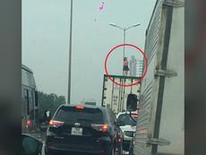 Hoảng hồn với người phụ nữ nhảy múa trên thùng xe container