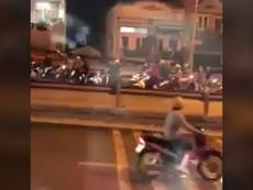 Clip: Hai nhóm giang hồ hỗn chiến trên cầu Nhị Thiên Đường