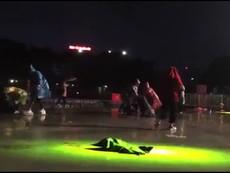 Cổ động viên Việt Nam đội mưa nhặt rác sau trận chung kết
