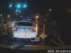 Bị ô tô cán qua chân, cô gái may mắn không bị thương