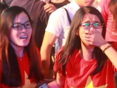 CĐV khóc ngất khi đội tuyển Việt Nam giành vé vào tứ kết