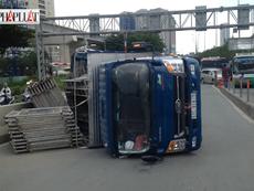 Clip: Hiện trường vụ xe tải lật nhào trên cầu Sài Gòn