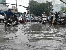 Clip: Người Sài Gòn lội nước đi làm vì đường hóa sông