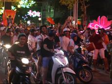 Dân Cần Thơ 'ùa' ra đường mừng chiến thắng của U23 VN
