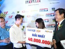 Văn Toàn tặng tiền thưởng Fair Play cho Thùy Trang
