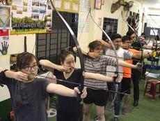 Giới trẻ TP.HCM rủ nhau học... bắn cung