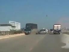 Chạy lấn làn taxi bể nát vì tông trực diện xe tải