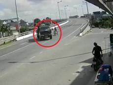 Xe tải rẽ gấp xe máy bó tay chịu trận