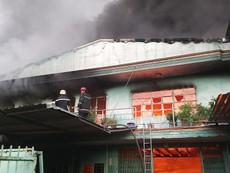 Clip: Khói bốc cao, lửa cháy rực bên trong 2 công ty ở quận 12