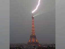 Cảnh sét đánh vào tháp Eiffel trong cơn mưa bão lớn ở Pháp