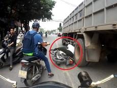 Phút thoát chết của người đàn ông ngã cạnh bánh xe tải