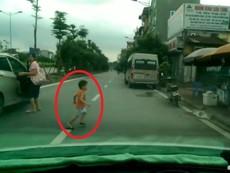 Bé trai đột ngột băng ngang đầu ô tô