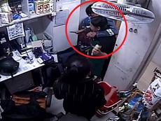 Clip: Cảnh cướp dùng dao tấn công nhân viên siêu thị