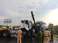 Xe container mất lái chắn ngang QL1A gây ách tắc giao thông