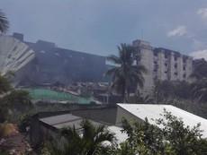Vụ cháy Cần Thơ: Đang phá tường, xịt nước hạ nhiệt