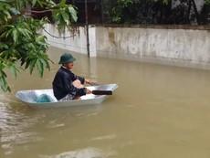 Mưa trắng trời, người dân đi thuyền trong TP Vinh