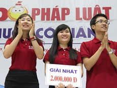 Đội trường ĐH Kinh tế TP.HCM đạt giải nhất cuộc thi 'Chai nước có gián'
