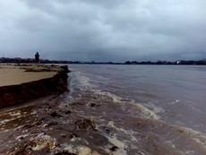 Quảng Bình: Gần 40 tàu cá đứt neo mắc kẹt tại cửa biển
