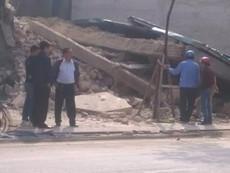 Cả khu phố rung chuyển vì căn nhà 3 tầng bất ngờ đổ sập