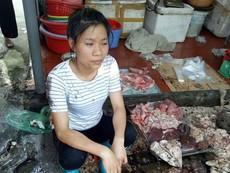 Người bán thịt heo bị đổ chất thải đầy bàn thịt
