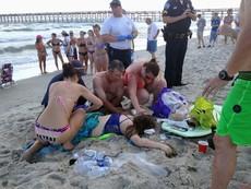 Hai cô cậu tắm biển bị cá mập tấn công dã man