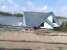Clip: 14 căn nhà bị nước sông 'nuốt' trong tích tắc