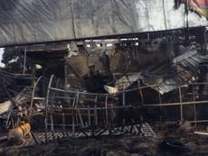 Hiện trường gara cháy trong đêm, 10 người thoát nạn