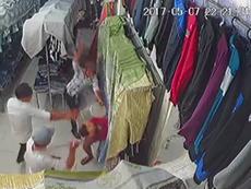 Clip: Nhóm côn đồ xông vào tiệm quần áo chém người