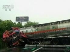 Tông xe liên hoàn trên cao tốc ở Trung Quốc