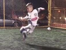 Cậu bé thể hiện tài năng đá bóng điêu luyện