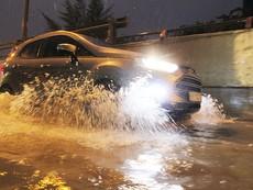 Mưa không lớn, đường Nguyễn Hữu Cảnh vẫn ngập