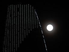 """Ngắm """"siêu trăng"""" sau 69 năm xuất hiện ở TP.HCM"""