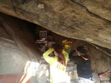Nghe đồn hang thiêng, lũ lượt leo núi cúng bái