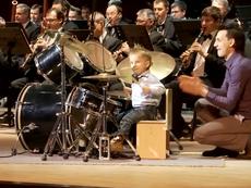 'Thiên tài' 3 tuổi chơi trống trong dàn nhạc giao hưởng