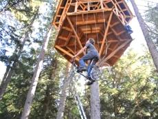 """Dùng xe đạp làm """"thang máy"""" để lên nhà cây"""