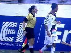 Nữ trọng tài nổi đóa ngay trên sân khi bị cầu thủ phản ứng
