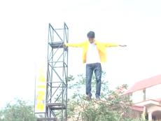 Nam thanh niên bay lơ lửng trên không trung