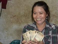 Clip chị Hồng ve chai đến ngân hàng nhận 5 triệu yen