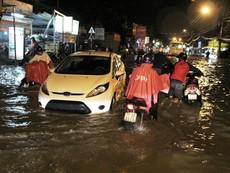 Clip người dân TP.HCM khổ sở vì đường ngập sau mưa